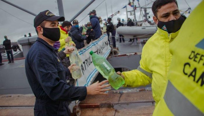 Personal de la Armada Argentina,del Municipio de Campana y de Defensa Civil trabajando en la carga de mercaderías en el buque.