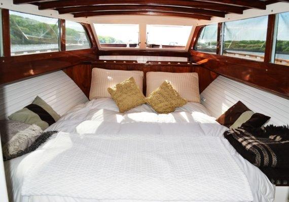 Camarote principal en proa, se caracteriza por la gran cantidad de ventanas.