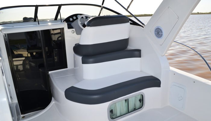 Cockpit y puesto de gobierno con asiento para dos personas.