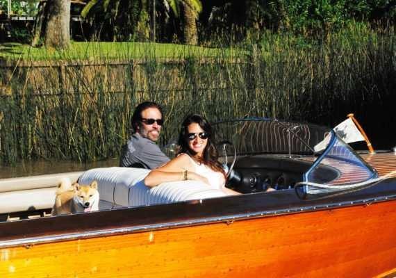 Carlos Pérez (propietario de la lancha) y Lorena Franceschetti de Paralelo Cero TV.