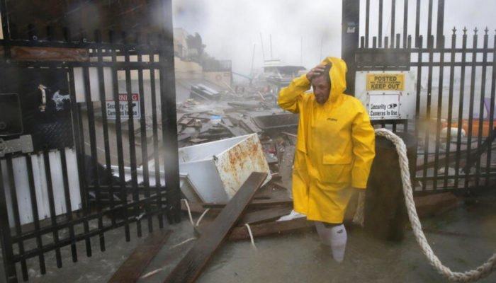 Una persona verifica los daños producidos por los fuertes vientos, la lluvia y la enorme marejada del Huracán Hanna en la zona de las marinas del Puerto Corpus Christi de Texas.