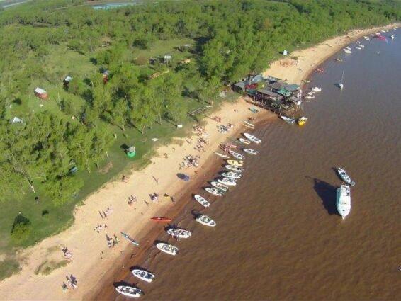 Vista aérea de la playa de Puerto Pirata en pleno verano.