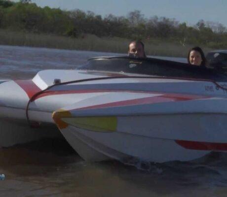 Te vamos a mostrar un tradicional catamaran Frigidaire, de los que se usaban para competencias de motonáutica.