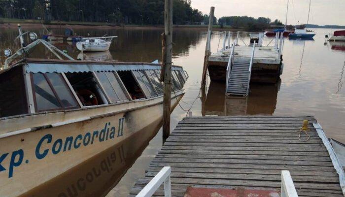 """Lancha """"Expreso Concordia II"""", así yace por estos días en elAsí está, actualmente, el """"Nuevo Expreso Concordia II"""" en el puerto Luis del perilago."""