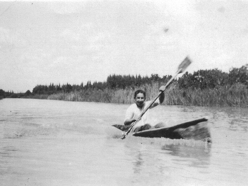 Enrique Pagliettini, en 1933 remando en un kayak de chapa de zinc construído por sus sus hermanos Carlos y Roberto.